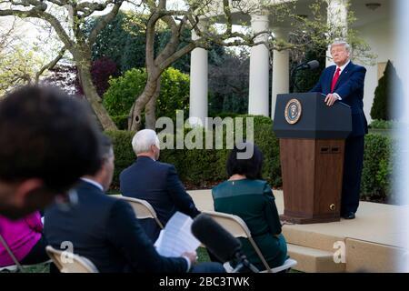 Der US-Präsident Donald Trump gibt Bemerkungen zum täglichen COVID-19, Coronavirus Briefing im Rosengarten des Weißen Hauses am 30. März 2020 in Washington, DC ab. - Stockfoto