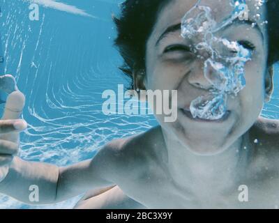 Unterwasseransicht des Kindes, das in einem Swimmingpool spielt Stockfoto