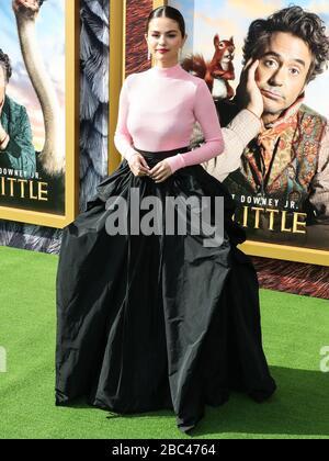 """Westwood, Vereinigte Staaten. April 2020. (AKTE) Selena Gomez macht große Spende für Cedars-Sinai inmitten der Coronavirus COVID-19-Krise im pandemischen Gesundheitswesen. Selena Gomez macht eine große Spende für Cedars-Sinai. WESTWOOD, LOS ANGELES, KALIFORNIEN, USA - 11. JANUAR: Sängerin Selena Gomez Wearing Givenchy kommt bei der """"'Dolittle'""""-Premiere von Universal Pictures in Los Angeles am 11. Januar 2020 im Regency Village Theatre in Westwood, Los Angeles, Kalifornien, USA, an. (Foto von Xavier Collin/Image Press Agency) Credit: Image Press Agency/Alamy Live News - Stockfoto"""