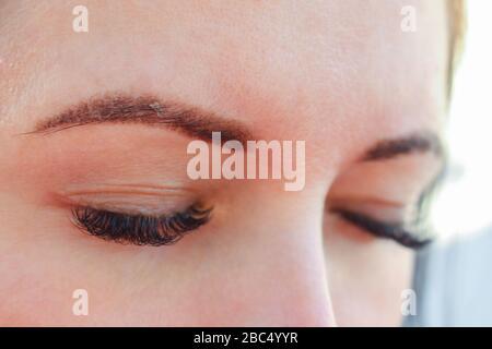 Heilung von ständiger Augenbrauenschminke. Hauterneuerung. - Stockfoto