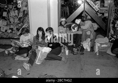 Prinz Charles und Lady Diana Spencer Royal Wedding Mittwoch, 29. Juli 1981 London. Viele Wehklagen schlafen die Nacht vor der Mall aus, um einen besseren Blick auf die königliche Prozession am Hochzeitstag der Paare zu erhalten. 1980ER JAHRE UK HOMER SYKES Stockfoto