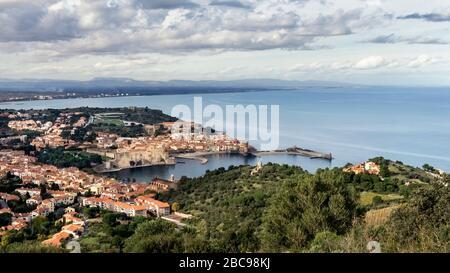 Blick auf Collioure und die Bucht de la Baleta im Herbst - Stockfoto