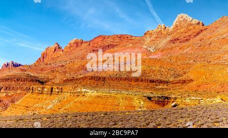Die farbenfrohen Klippen aus rotem und gelbem Sandstein im Marble Canyon in der Vermilion Cliffs Wilderness Area, Arizona, Vereinigte Staaten - Stockfoto