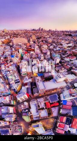 """Größere Stadt Tokios von den örtlichen Straßen und Apartmenthäusern in S-usw-Kitozawa bis nach Shinjuku. Der japanische Text sagt """"Give Way"""". - Stockfoto"""