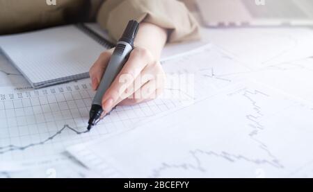 Nahaufnahme Frau Handarbeit von Business Graphics, Analyse. Starten