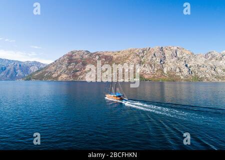 Hölzerne Segelyacht im Golf von Kotor - Stockfoto