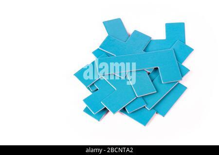 Stapel verstreuter blauer geometrischer Stücke, Stapel einfacher Formen, Haufen nicht verbundener Elemente, die auf weiß geschnittenen Teilen isoliert sind - Stockfoto