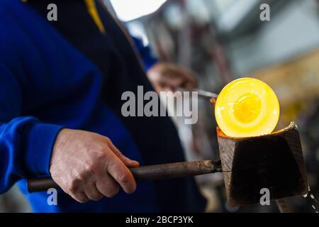 Glasbläser schönes Stück Glas bilden. Ein Glas Crafter wird brennen und bläst ein Kunstwerk. - Stockfoto