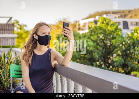 Coronavirus. Frau in Quarantäne für Coronavirus mit Schutzmaske. Sie arbeitet von zu Hause aus und verwendet Videoanruf. Videokonferenz - Stockfoto