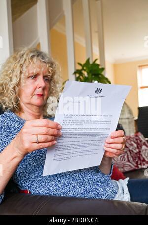 Brighton UK 6. April 2020 - EIN Einwohner von Brighton liest den Aktualisierungsbrief der Regierungen Coronavirus, der von Premierminister Boris Johnson während der Coronavirus COVID-19-Pandemiekrise an jeden Haushalt gesendet wurde. Kredit: Simon Dack / Alamy Live News