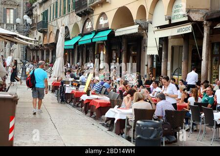 Italien, Verona - 16. Juni 2019: Verona-Erbe-Platz, Touristenmenge in einem Straßenrestaurant - Stockfoto