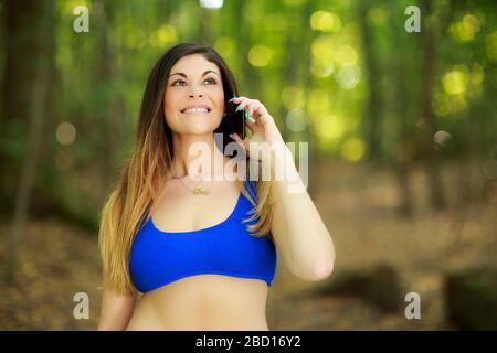 Junge Frau telefoniert - Stockfoto
