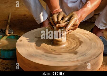 Indischer Töpfer bei der Arbeit, Shilpagram, Udaipur, Rajasthan, Indien