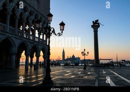 Blaue Stunde, vor Sonnenaufgang im Winter, Doge's Palace, Gazzetta San Marco, Venedig, UNESCO-Weltkulturerbe, Veneto, Italien, Europa