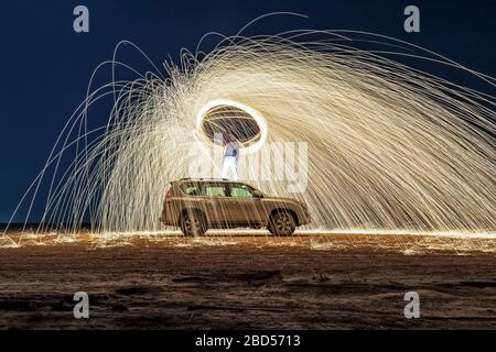 Nachts eine Stahlwolle in Brand (Nachtaufnahmen mit langsamer Verschlusszeit) - selektiv fokussiert. Stockfoto