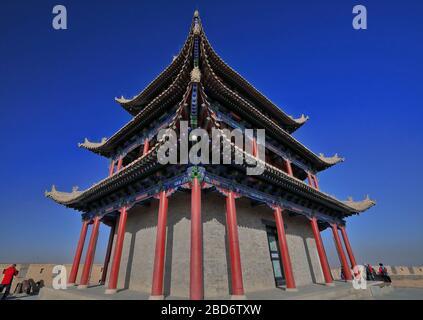 Umgedrehte Traufe-chiwen und chishou kunstvoll-Xieshan Dach-Tor der Seufzer Turm-Jiayuguan Festung-Gansu-China-0769 - Stockfoto