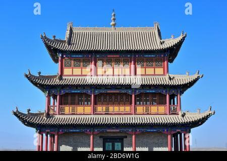 Umgedrehte Traufe-chiwen und chishou kunstvoll-Xieshan Dach-Tor der Seufzer Turm-Jiayuguan Festung-Gansu-China-0785 - Stockfoto