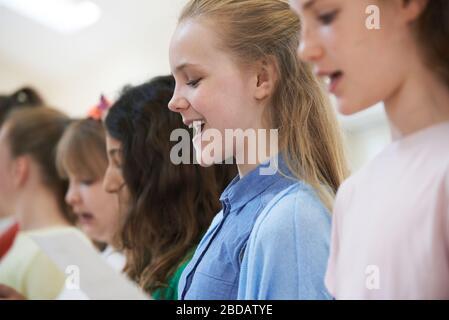Gruppe Von Schulkindern, Die Gemeinsam Im Chor An Der Stage School Singen - Stockfoto