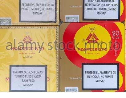 Santa Clara, Villa Clara, Cuba-6. März 2020: Gestapelte Kisten kubanischer Zigarren mit der Marke 'Montecristo'. Das Produkt ist weltweit bekannt für seine Qualität von A. - Stockfoto