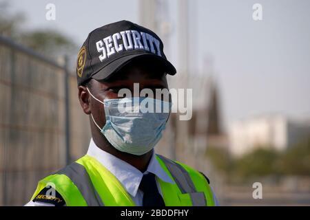 27.02.2020, Doha, Katar - der Wachmann trägt einen Mund- und Nasenschutz. 00S200227D341CAROEX.JPG [MODELLVERSION: NEIN, EIGENSCHAFTENFREIGABE: KEIN (C) AUTO - Stockfoto