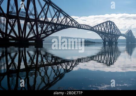 Forth Rail Bridge, mit der Insel Inchgarvie unter SPAN zu sehen, vom Hafen an der South Bay, North Queensferry in Fife, Schottland, Großbritannien - Stockfoto