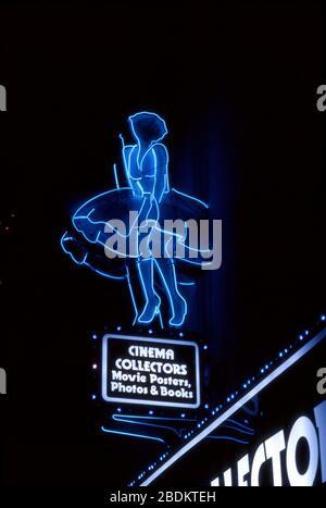 Neon-Zeichen, die Marilyn Monroes berühmte Szene im Film The Seven Year Itch over the Cinema Collectors Book Store in Hollywood, Kalifornien, darstellen