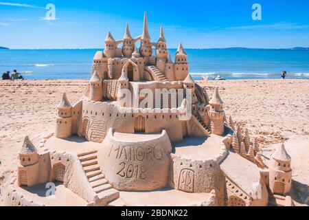 El Arenal, Mallorca, Spanien - März 27 2018: Schöne Sandburg am Strand von El Arenal. Es ist ein berühmter Touristenort im Sommer auf Mallorca. - Stockfoto