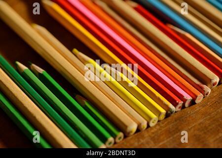 Bunte Holzstifte in einer Reihe als kreativer Hintergrund - Stockfoto