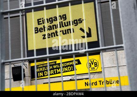 Dortmund, 9. April 2020: In einem Teil des Fussballstadions Signal-Iduna-Park (Westfalenstadion) der Bundesligaeins BVB Borussia Dortmund ist ein temporäres Corona Test- und Handlungszentrum eingerichtet worden. Hier können sich Bürger auf das neuartige Virus COVID-19/Coronavirus testen lassen. --- Dortmund / Deutschland, 9. April 2020: Im Signal-Iduna-Park Fußballstadion (Westfalenstadion) des Bundesligisten BVB Borussia Dortmund wurde ein temporäres Corona Test- und Behandlungszentrum eingerichtet. Hier können sich Bürger auf das neue Virus COVID-19/ Coronavirus testen lassen. - Stockfoto