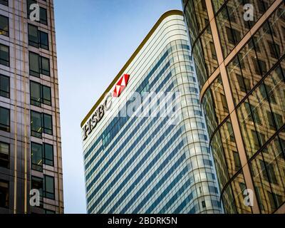 LONDON - HSBC Gebäude im Canary Wharf Finanzzentrum. Hauptsitz – weltweit führende Finanzdienstleister und Bankunternehmen. - Stockfoto