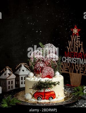 Neujahr Motto Kuchen mit roten Auto Illustration und Kiefer Zweig - Stockfoto