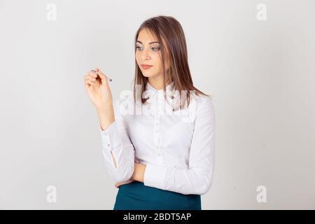 Junge schriftlich Frau isoliert weißen Wand Hintergrund. Horizontales Bild, Studio-Aufnahme. - Stockfoto