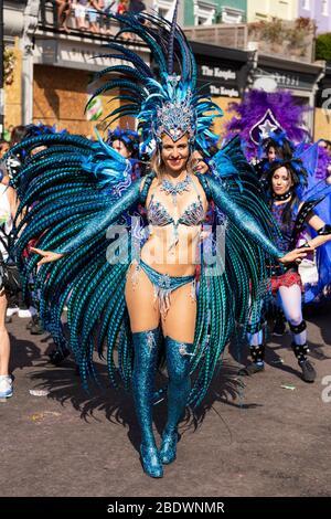 Weibliche Darstellerin in aqua-farbenen Kostüm posiert beim Notting Hill Carnival, London - Stockfoto