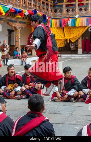 Bhutan, Punakha Dzong. Punakha Drubchen Festival, erinnert an den Sieg von Bhutan über tibetische Armeen. Künstler in traditioneller Militärkleidung - Stockfoto