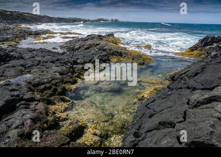 Felsiger Strand mit Blick nach Süden Richtung Kona auf der Big Island von Hawaii.