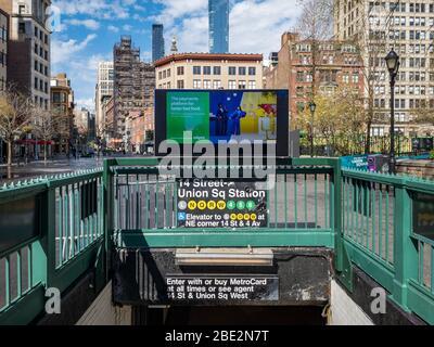 New York City - 9. April 2020: Eingang der U-Bahn-Station 14th Street Union Square Station in Manhattan, New York City. - Stockfoto