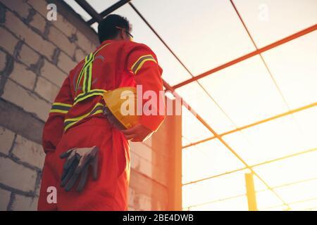 Ingenieur mit Helm an der Baustelle Stockfoto