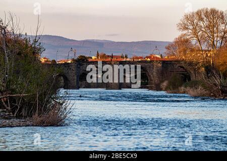 Brücke über den Fluss Aude zum Cite de Carcassonne, Haute Garonne, Frankreich - Stockfoto