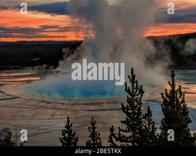 Sonnenaufgang an der Grand Prismatic Spring im Yellowstone National Park - Stockfoto