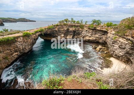 Horizontale Ansicht der einzigartigen Formation Broken Beach auf Nusa Penida, Indonesien. - Stockfoto