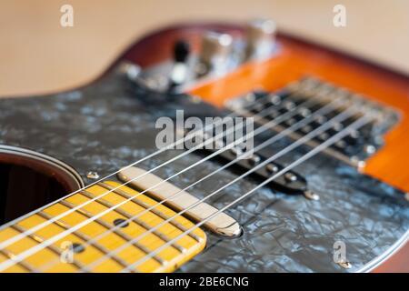 Eine Fender Modern Player Telecaster E-Gitarre mit einem Honig Burst Finish, Kiefer Körper, Ahornhals, mit einzelnen Coils und Humbucker Pickups