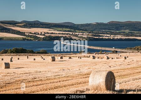 Frisch geerntete Heuballen auf landschaftlich schönen Feldern in den nördlichen Highlands Schottlands - Stockfoto