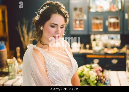 Attraktive junge Braut vor der Trauung. Vorbereitungen für die Braut. Hochzeitsmorgen. Charmante Braut in weißen Brautkleid zu Hause. Schöne Braut - Stockfoto