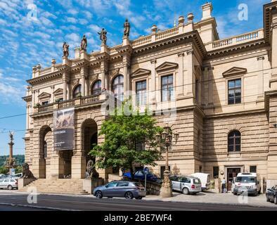 Das Rudolfinum (1885) ist ein Gebäude im Stil der Neorenaissance und der Konzertsaal, in dem sich die Tschechische Philharmonie befindet. Prag, Tschechische Republik.