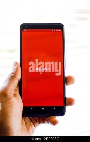 Santander App wird auf ein Telefon geladen - Stockfoto