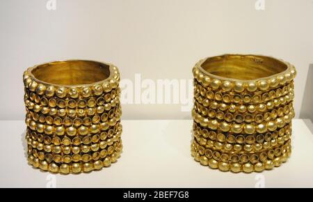Goldene Armbänder. - Stockfoto