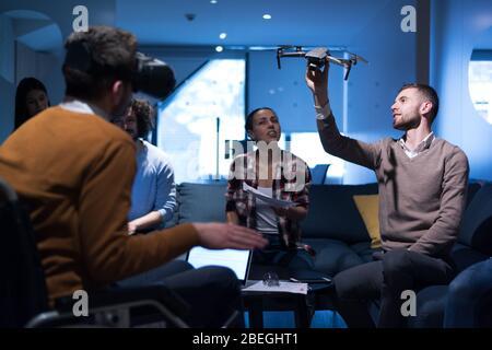 Vielfältige Gruppe von Architekten, die im Coworking Office mit moderner Technologie arbeiten. Startup-Leute im Büro arbeiten an Drohnen-Technologie. - Stockfoto