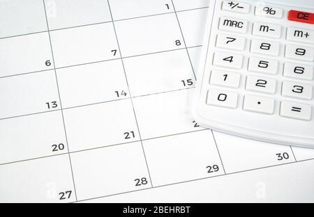 Ein Finanzkonzept mit einem Rechner auf dem Kalender. Stockfoto