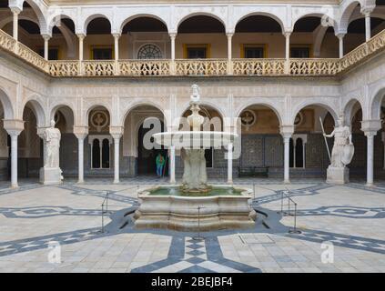 Der Hauptplatz der Casa de Pilatos, oder Pilatus Haus, Sevilla, Provinz Sevilla, Andalusien, Südspanien. Der Brunnen ist bekannt als die Janus Founta - Stockfoto