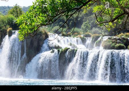 Atemberaubende Aussicht Wasserfälle des Nationalparks Krka, sonniger Tag, Sommersaison mit viel Grün und Bäumen, Kroatien - Stockfoto